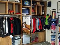 L'area riservata all'abbigliamento e ai gadgets